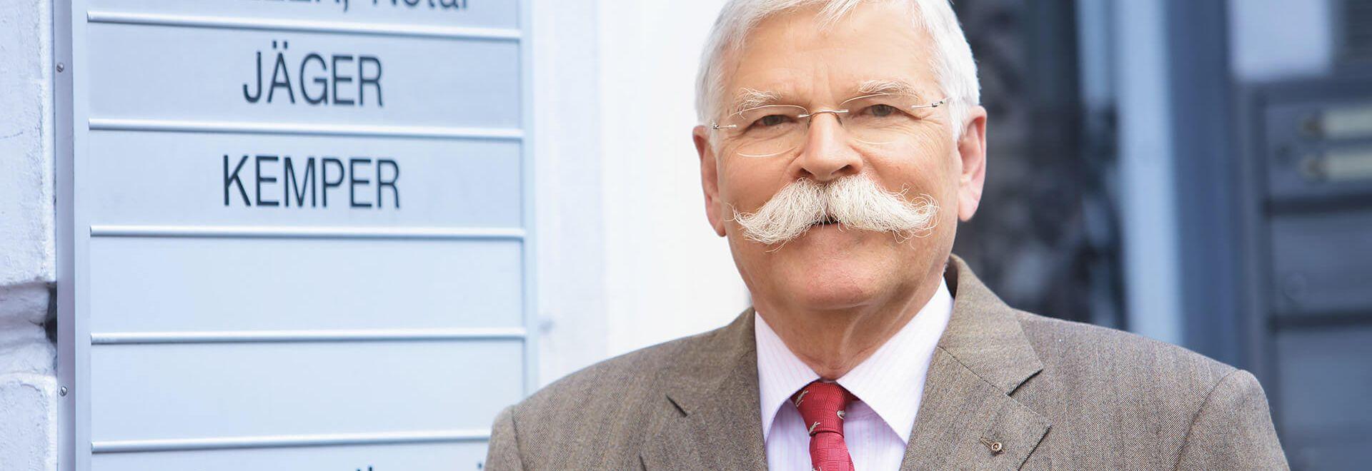 Rechtsanwalt und Notar a.D. Rüdiger Dorn vor der Kanzlei