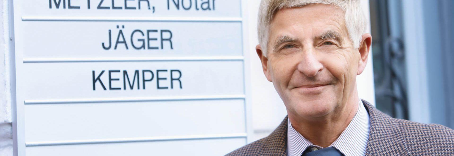 Rechtsanwalt und Notar Bruno Metzler vor der Kanzlei